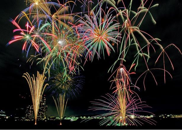 【写真を見る】約6000発の花火が多摩川の夏を可憐に彩る「川崎市制記念多摩川花火大会」