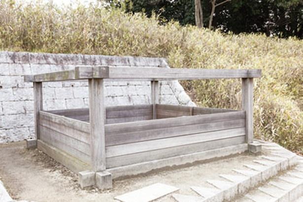 【写真を見る】帰りのコースの終わりに現れる「井戸跡」。かつて小牧山に武家屋敷があったと考えられる証拠だ