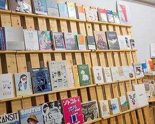 絵や写真の展示スペースとしても利用できる本棚