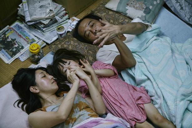 新しい家族のゆりも加わり、貧しいながらも幸せに暮らしていた6人