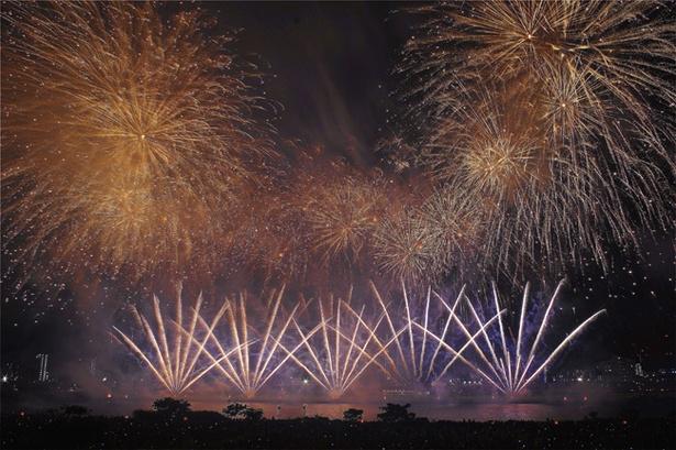 次々に打ち上がる花火が夜空を埋め尽くす(写真は2017年のもの)