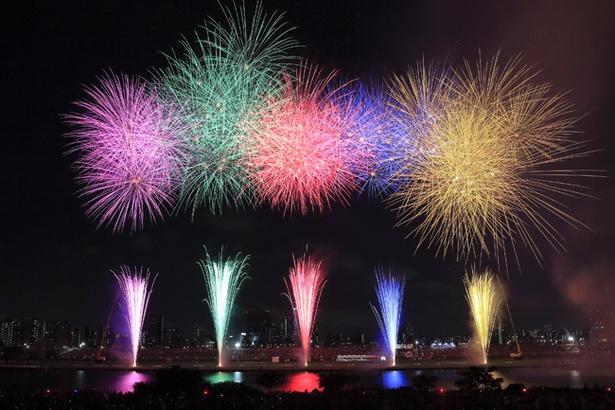 【写真を見る】夜空を飾り付ける美しい花火の競演は見る者の心を捉えて離さない (写真は2017年のもの)