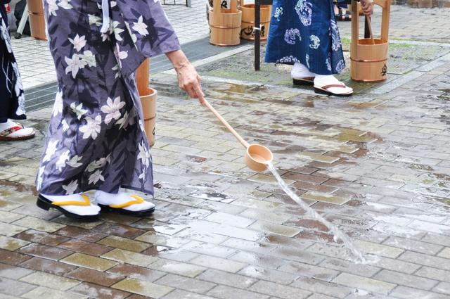 【写真】江戸時代から伝わる夏の知恵「打ち水」