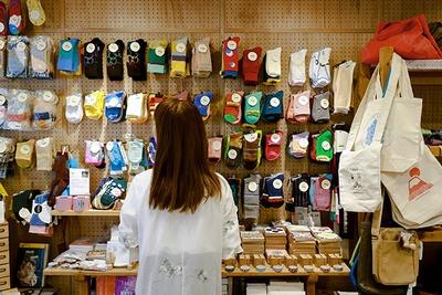 店内には色とりどりな靴下も