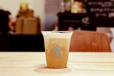 奶蓋茶(594円)。クリームの下お茶は台湾の紅茶ブランドWolftea。薄荷紅茶、木柵鉄観音、阿里山烏龍、東宝美人(+50円)の4種のお茶から選べる