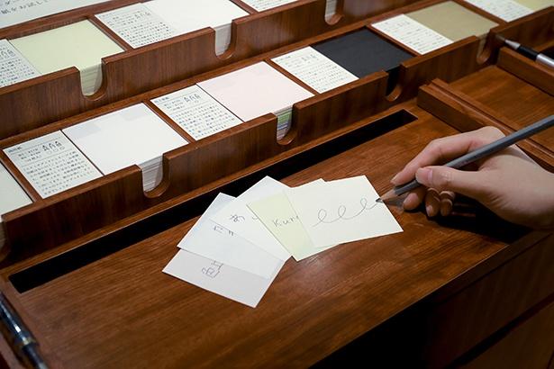 試し書きブースの様子。色上質紙やコミック紙など種類はさまざま。中紙は1冊あたり4種類まで選べる