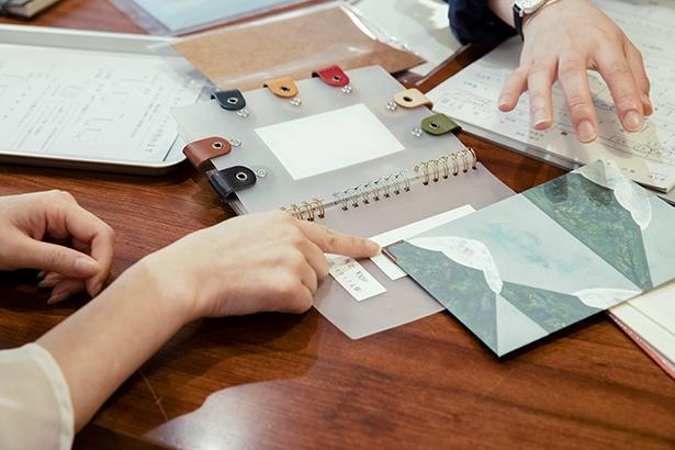 最後は留め具やリングの種類を選び、スタッフに製本してもらって、ノートが完成!