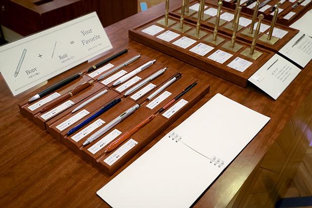 上部に映る金色のペンが替え芯の試し書き。店頭に並ぶ替え芯の型は2種類あり、右側と左側で型が分かれている