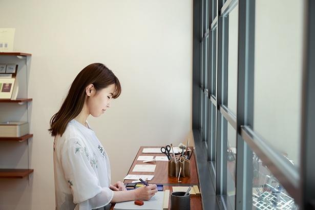 近所の浅草の製本工場で作られたメモパッドはミシン目が美しく、切り外しやすい。DRAWING PAD、A6サイズ800円〜