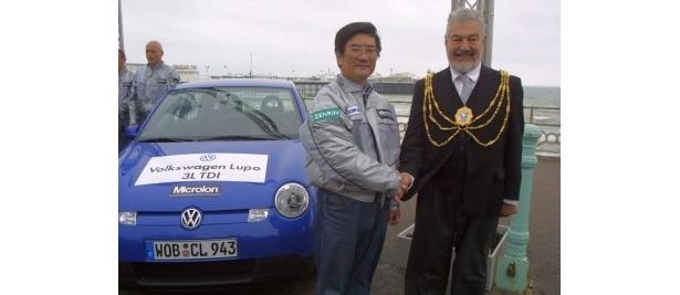 """""""燃費男""""宮野滋さん(左)。写真は6回目となるギネスにチャレンジした際のものだ"""