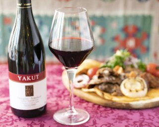 ビルの2階にある隠れ家的なトルコ料理店。ガラス張りの店内にはトルコ産のワインがズラリと並ぶ
