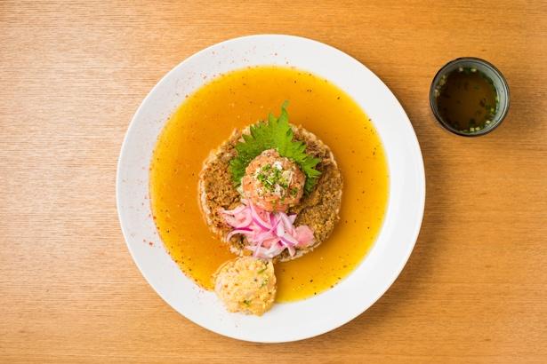 【写真を見る】「シャリランカカレー」(950円)。海鮮マリネのネタは日替わりで、この日はサーモンとヒラメだった。すべてのカレーには和風スープが付く