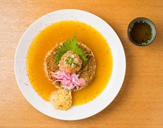 「スプリーム」(1500円)。「シャリランカカレー」をベースに「マグカラ」と「メカフライ」が2個ずつ加わり、さらに海鮮マリネも2種のる豪華な一皿だ