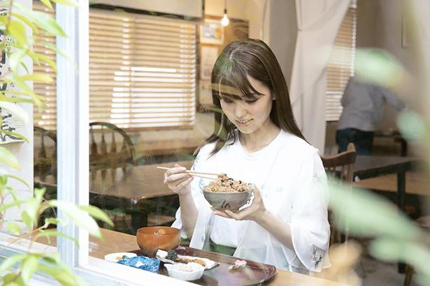 【写真を見る】テーブル席とカウンター席があるので、1人でも入りやすい。ランチの寝かせ玄米 は定番の小豆入りのほか、ハト麦や黒米など日替り1種の計2種類からチョイス可能