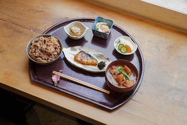 一汁三菜ハレ箱膳(1100円)。おかずはカウンターからセルフで選ぶ