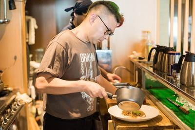 田中慈也店主。かつて近くにあった中華料理店が実家で、IT企業やビール会社へ勤務、フードイベンター、フードワークショップなど異色の経歴の持ち主である
