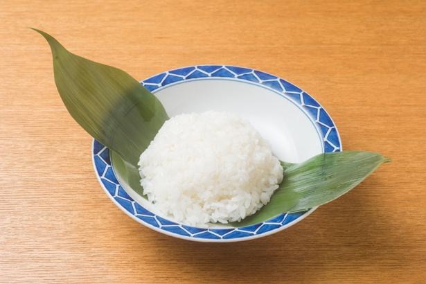 米は鮮度を優先し、水分の調整こそ難しいものの新米を使う。研いでから数時間置き、氷水を用いることで米本来の味を凝縮。そこに酢、酒、砂糖を伝統の配合で加えていく