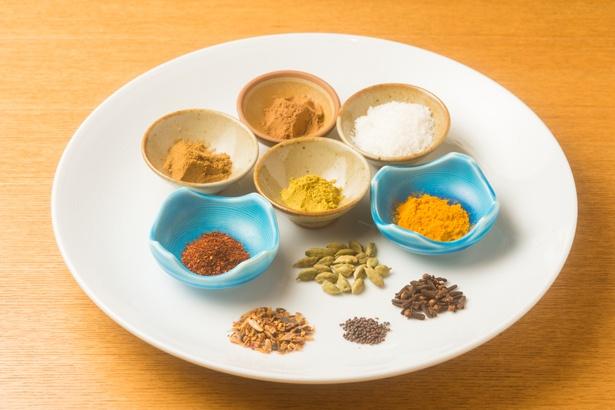 一般的なスパイスのほか、スリランカ産のセイロンシナモン、クローブ、ココナッツなど8種類以上の素材を駆使。その上で、和のダシの風味を損なわないようブレンドしている