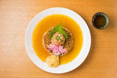 「シャリランカカレー」(950円)。海鮮マリネのネタは日替わりで、この日はサーモンとヒラメだった。すべてのカレーには和風スープが付く