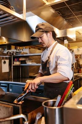 【写真を見る】肉料理はおいしさが際立つ絶妙な焼き加減で提供