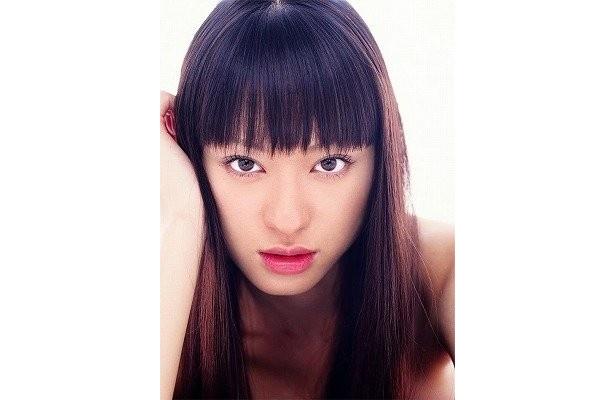 栗山千明は、作家の越前魔太郎(平岡祐太)の担当編集者役