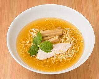 「鯛らーめん」(1,000円)。黄金スープには上品な鯛の旨味が溶け出している。ほどよく鯛油が効き、コクもしっかり。さわやかなユズ皮がアクセントに