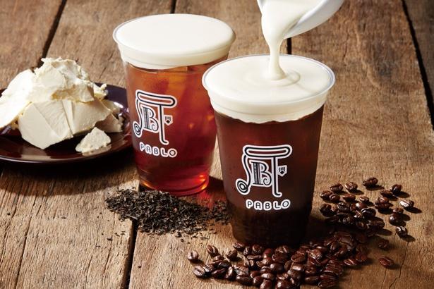【写真を見る】定番味もミルクフォームとあわさってどんな味がするのかわくわく♪珈琲味(左)と紅茶味(右)