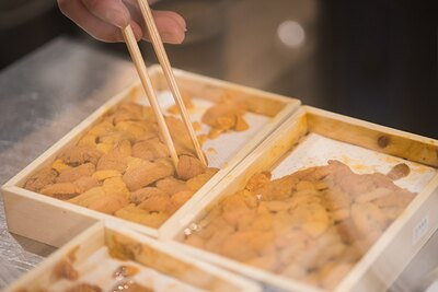 エゾバフンウニをはじめ、高級寿司店が扱っている最高級のウニを贅沢に使用。品種はその日の仕入れによって変動する