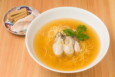 【写真を見る】「牡蠣 鯛らーめん」(1500円)。大ぶりの広島産カキのうま煮が3個のる。プリプリの食感で噛むと中から旨味エキスがあふれ出す