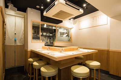 7席のみの小さな店だが、カウンターの上は和紙のマットでセッティングされていて、高級感が漂う