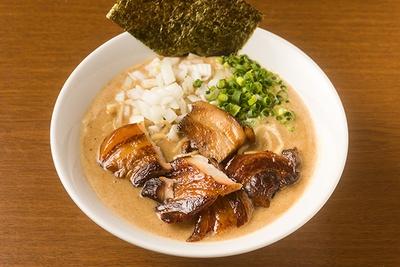 一番人気の「特濃混合魚介ラーメン」(800円)。パンチの効いた濃厚動物魚介スープとオーション(強力粉)100%の中太麺がよく絡む
