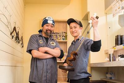オーナーの佐藤拓さん(左)と店長の植松大造さん(右)。「シュラスコ専門店が作る本格肉ラーメンをぜひ!」