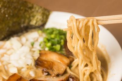 「特濃混合魚介ラーメン」(800円)。オーション100%の中太ストレート麺はワシワシと噛み応えがあり、濃厚スープとよく絡む