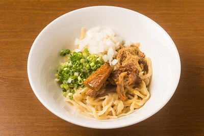 【写真を見る】平打ちストレート麺を使った「変えそば」(200円)。麺の下に醬油ダレが隠れているので、よくかき混ぜてから味わう