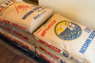 店内の製麺室に置かれた小麦粉。オーション(右)や準強力粉(左)など、麺によって使う小麦の種類や配合、加水率などを変えている