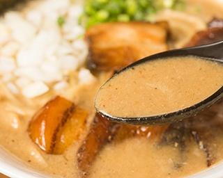 「特濃混合魚介ラーメン」(800円)。スープは動物系の旨味がギッシリで超濃厚だが、牛ランプやフルーツの甘味も感じられ、見た目ほどくどくない