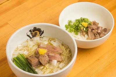 一番人気の「鴨中華そば(塩) 雑炊セット」(1,050円)。具はロースとモモの燻製チャーシューなど。残ったスープをご飯にかけて雑炊に