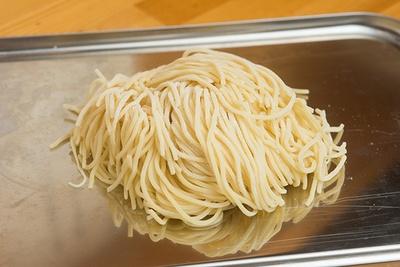 麺は中細ストレート。北海道産小麦100%にこだわっていて、噛むほどに小麦の風味をしっかりと感じられる