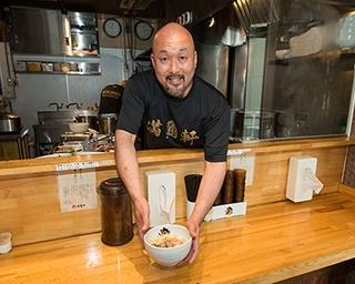店主の橋本友則さん。「まるは」グループで活躍した後、「真鯛らーめん 麺魚」を創業。2018年4月に2号店「満鶏軒」をオープンさせた