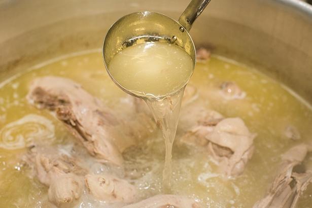水100Lに対して80kgもの鴨を使用。それだけを中火で6時間半かけてじっくり煮込んでいる