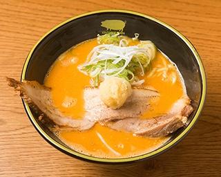 「豚骨 スパイシーガーリックらーめん」(950円)。写真は太麺。特製ダレに漬け込み、提供直前に炙る特大バラチャーシューはジューシー