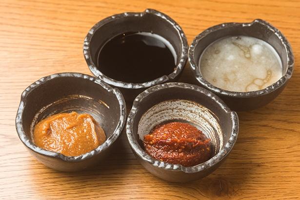 「豚骨」、「鶏清湯」ともに味のバリエーションが豊富。手前右から時計回りにスパイシーガーリックダレ、味噌ダレ、醬油ダレ、塩ダレ