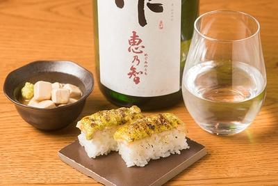 「炙りエビ押し寿司」(2貫390円)、左は「クリームチーズのたまり漬け」(390円)。日本酒は三重・清水清三郎商店の「作 恵乃智」(グラス800円)