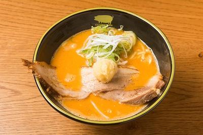 「豚骨 スパイシーガーリック」(950円)。麺はモッチリな太麺と歯切れのよい細麺のいずれかを選べる。写真は太麺
