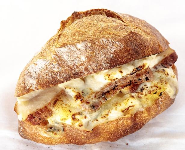 「The ROOTS neighborhood bakery」の「スモークチキンサンド」(360円)。クセのあるゴルゴンゾーラチーズとサツマイモの甘さがマッチ。食べ応えも十分だ