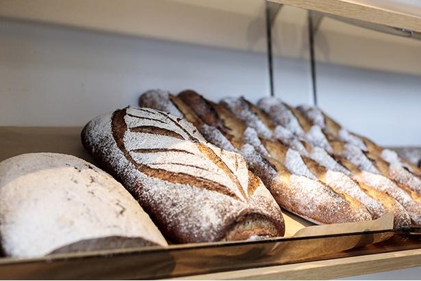 「The ROOTS neighborhood bakery」。カンパーニュの量り売り(¥1.4/g)は福岡では珍しい。しっかり焼き込んでいるが小麦の風味と甘味を感じる