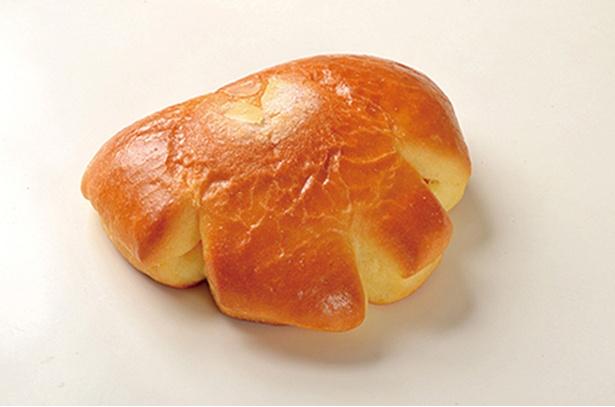 「ブーランジェリーレスト」の「パン・ア・ラ・クレーム」(185円)。自家製カスタードを使ったクリームパンで、しっとりしたブリオッシュ生地