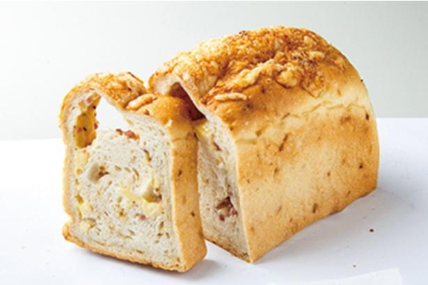 「パン屋 むつか堂」の「B.O.C」(1本、1080円)。ベーコン、オニオン、チーズが入った、1日10本限定のパン。ハーフは540円