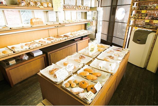 「髙島屋・やなぎばしのぱん屋さん」は柳橋連合市場東口にあり、分かりやすい。和菓子店の大きな看板が掲げてあり、ノスタルジックな外観が目印