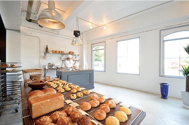 【写真を見る】「Bakery kanatsugu」の店内は、黒と白で統一されたクラシックな空間